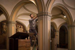 Un electricista trabaja en la cripta de Santa Engracia